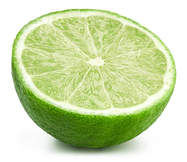 Limes meio isolado no fundo branco. frutas de limão.