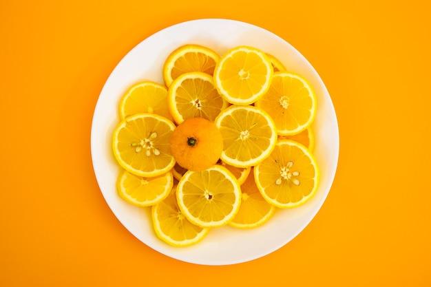 Limões amarelos em um prato em um dia ensolarado