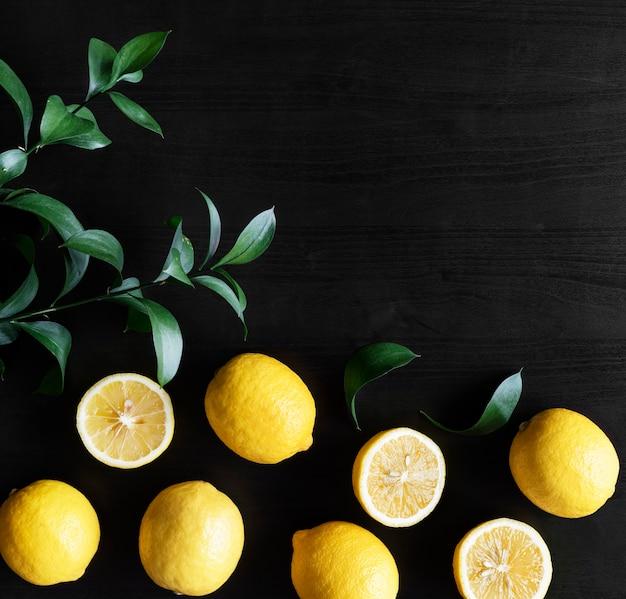 Limões amarelos frescos em fundo preto