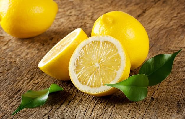 Limões amarelos maduros com folhas