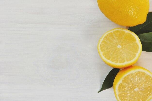 Limões amarelos na madeira branca