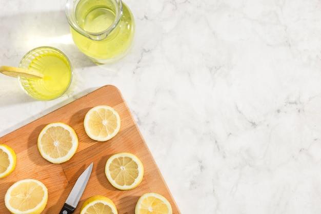 Limões cortados na vista superior da placa de madeira