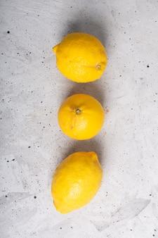 Limões de frutas orgânicas feias na moda em cima da mesa