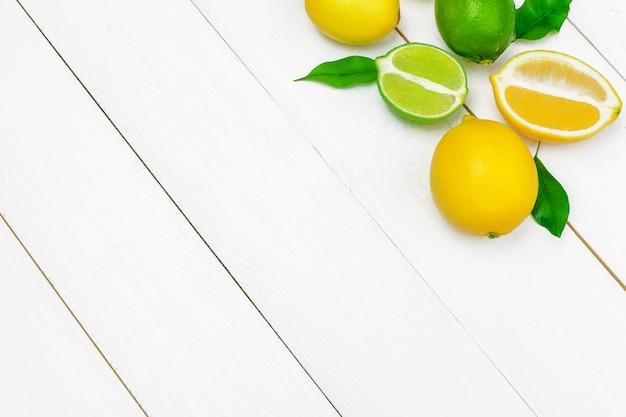 Limões e limas em um de madeira.