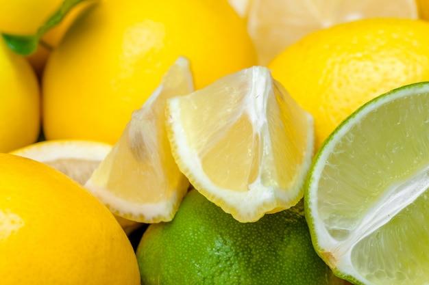 Limões e limas em um fundo de madeira.