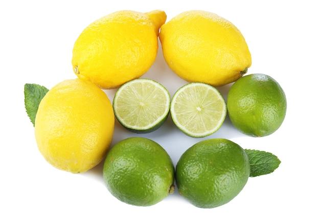 Limões e limas, isolados no branco, vista superior