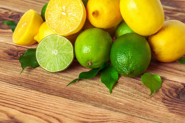 Limões e limas na almofada de madeira