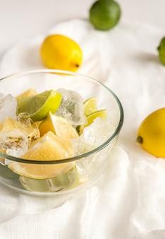 Limões e limas no fundo branco