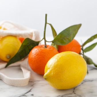 Limões e tangerinas na mesa