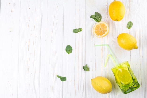 Limões e vidro colorido brilhante com palha