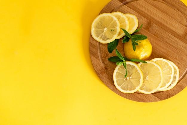 Limões em um fundo de tábua de madeira