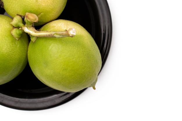 Limões em um prato em um fundo branco