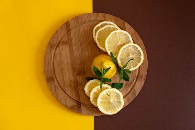 Limões em uma placa de madeira.