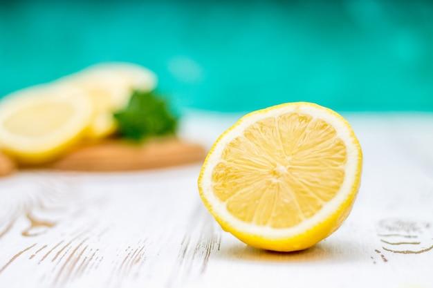Limões em uma placa em um fundo de madeira branco.