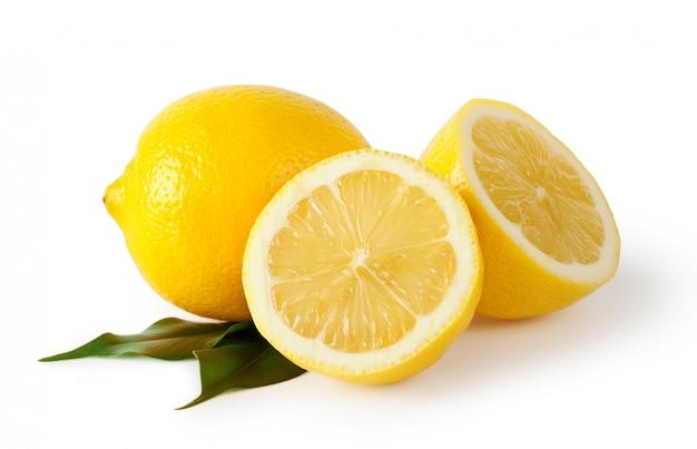 Limões fatiados com folhas