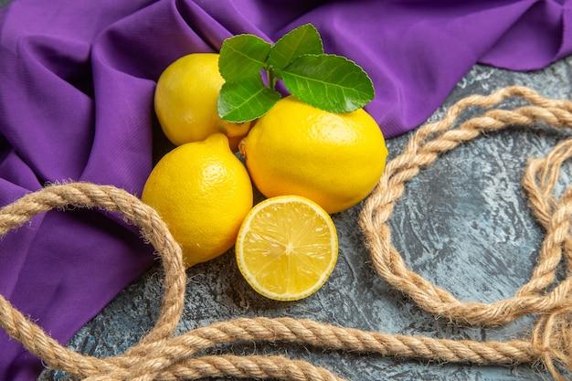 Limões frescos com cordas de vista frontal