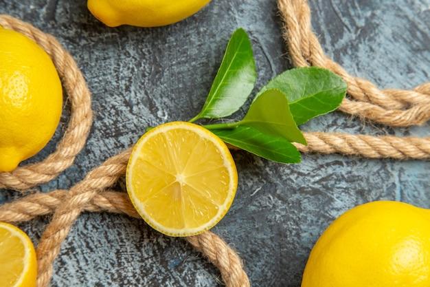 Limões frescos com cordas de vista superior