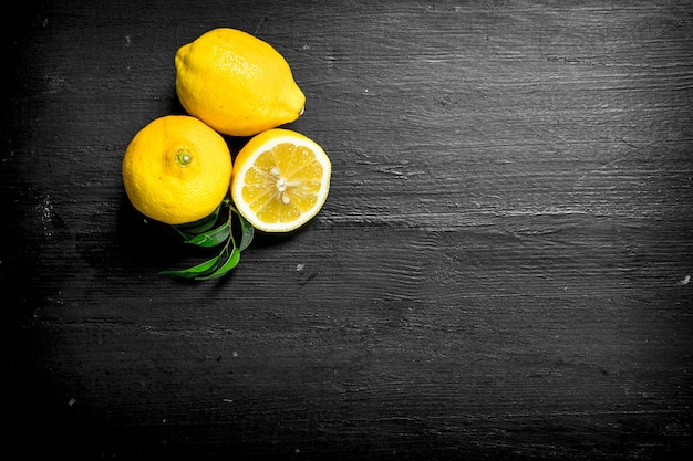 Limões frescos com folhas
