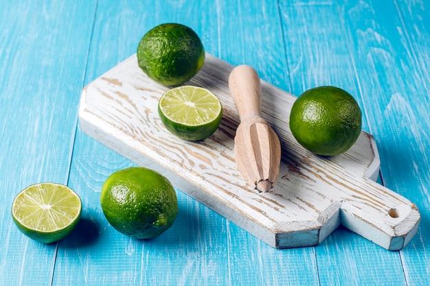 Limões frescos com placa de madeira