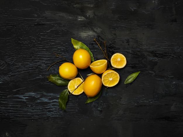 Limões frescos em fundo preto