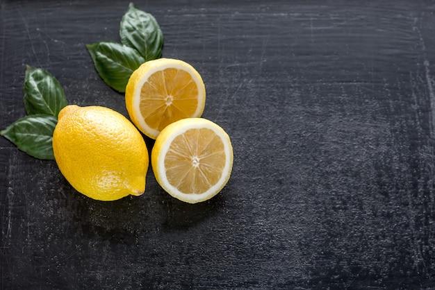 Limões frescos em madeira escura