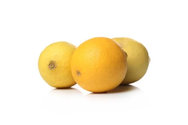 Limões frescos em uma superfície branca