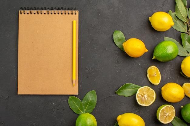 Limões frescos, frutas ácidas na mesa escura, frutas cítricas de limão
