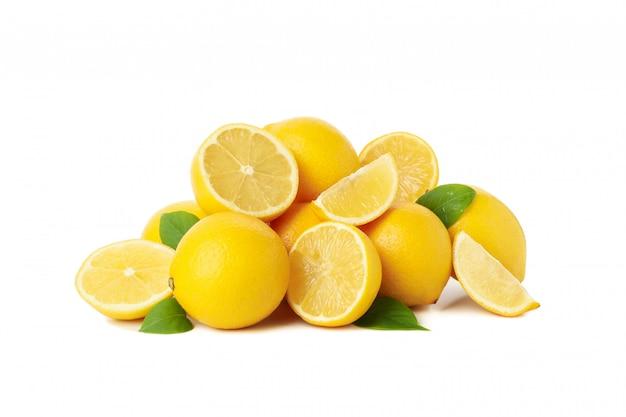 Limões frescos isolados. fruta madura
