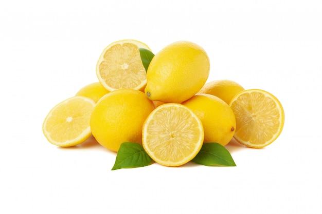 Limões frescos isolados na superfície branca. fruta madura