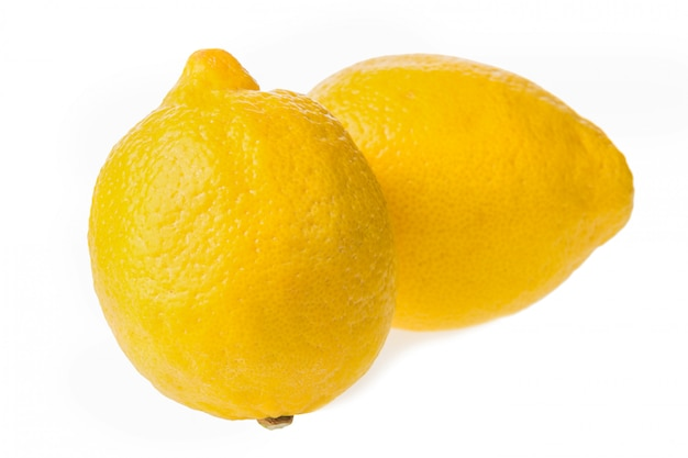 Limões frescos isolados no branco