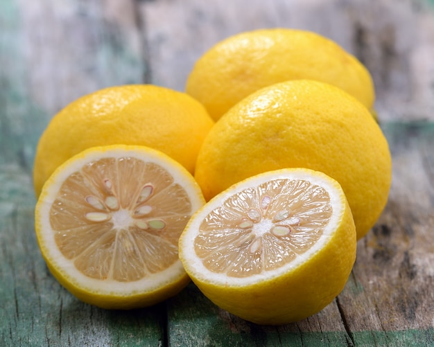 Limões frescos na mesa de madeira