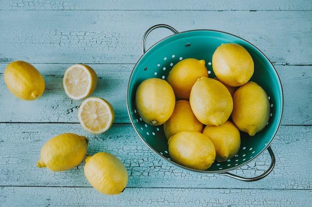 Limões frescos na peneira: vista superior