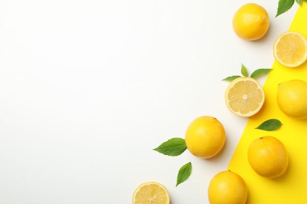 Limões frescos na tabela de dois tons, vista superior. fruta madura