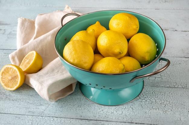 Limões frescos no coador