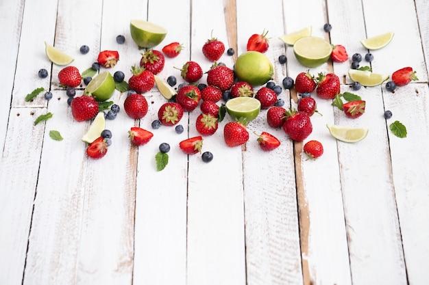 Limões, frutos e folhas