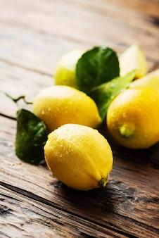 Limões italianos frescos na mesa de madeira