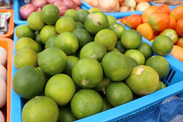 Limões na comida de rua