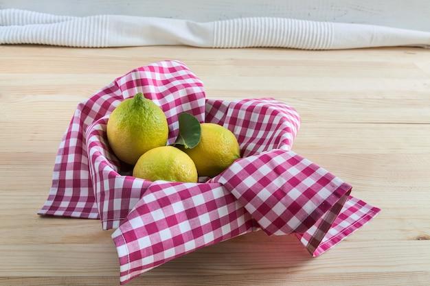 Limões na mesa de madeira