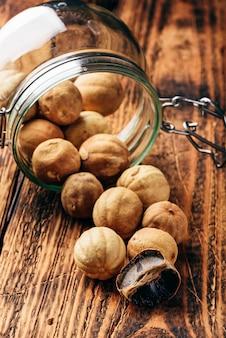 Limões secos inteiros e esmagados na mesa de madeira. limões espalhados