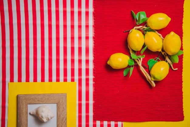 Limões sobre pano de mesa