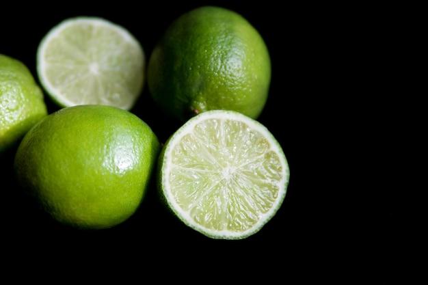 Limões suculentos em um fundo preto