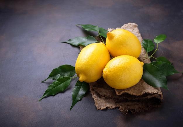 Limões suculentos frescos no fundo enferrujado