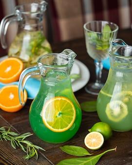 Limonada caseira com citrinos em cima da mesa