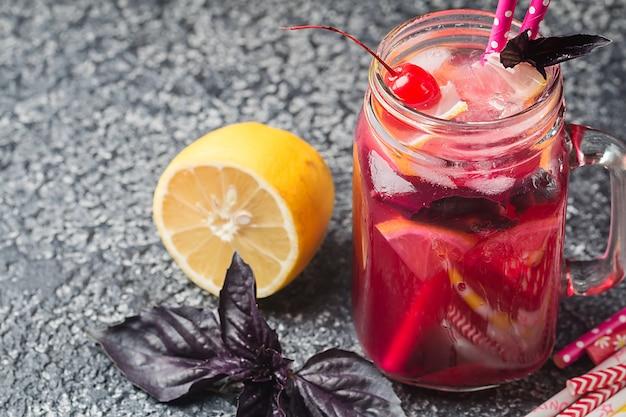Limonada caseira de manjericão vermelho em uma jarra de vidro bebida refrescante de verão