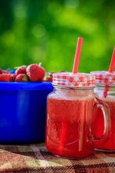 Limonada caseira de morango em copos