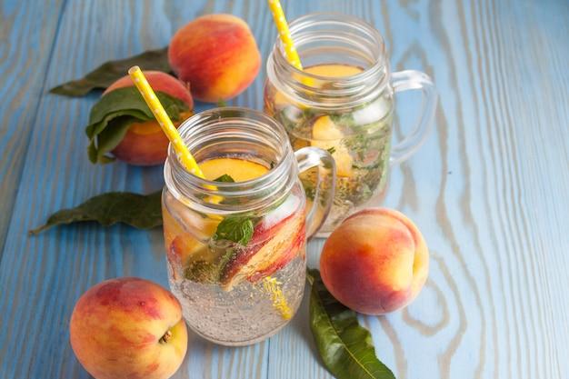 Limonada caseira de pêssegos maduros e hortelã fresca fria.