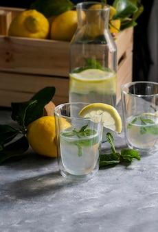 Limonada caseira fresca com hortelã