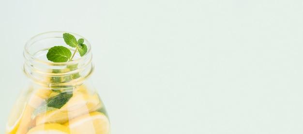 Limonada caseira fresca de close-up com hortelã