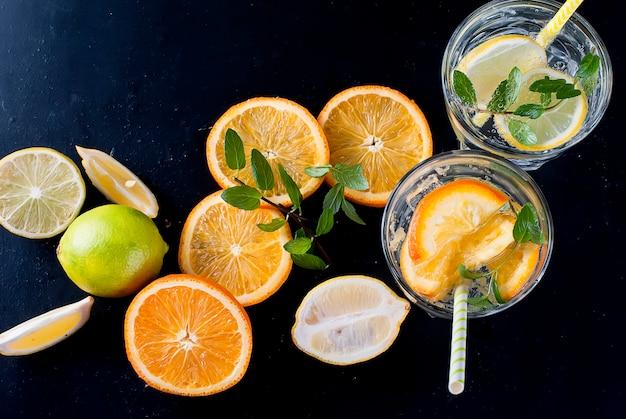Limonada caseira fresca no vidro com gelo e hortelã.