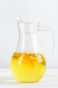 Limonada cítrica, bebida de verão.